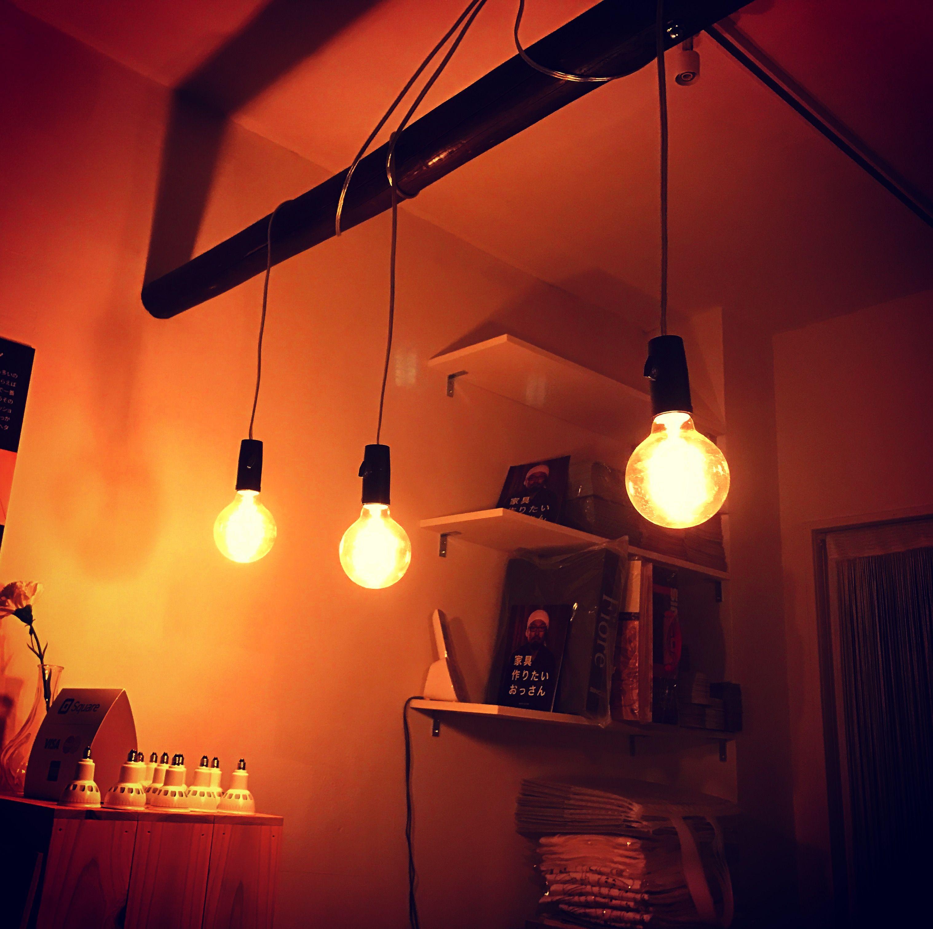 LED球を全部取り外してエジソン電球だけの明かりにした店内
