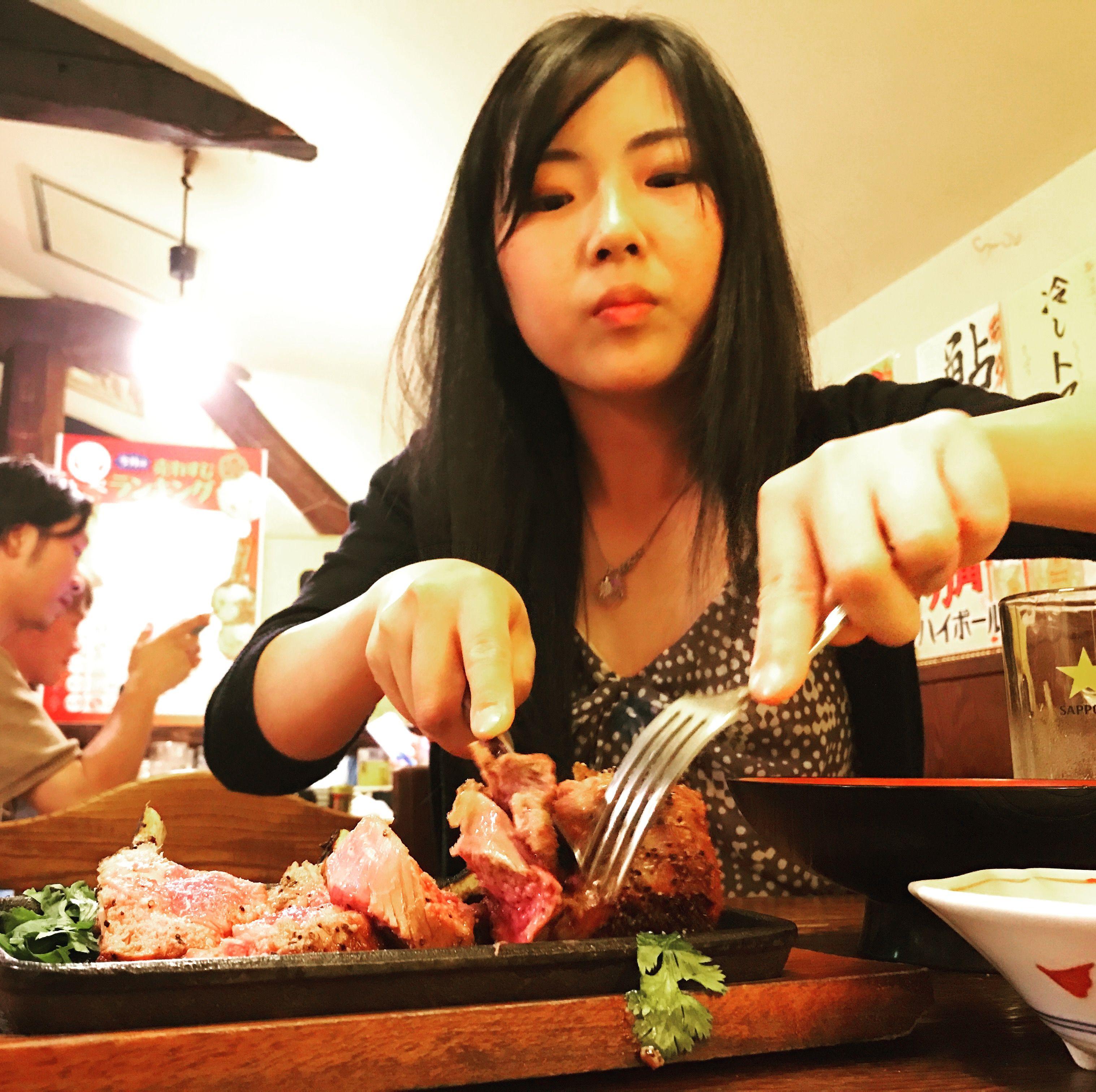 ラムチョップの美味しさにびっくりするルーツファクトリー東京店長ユリマタタ