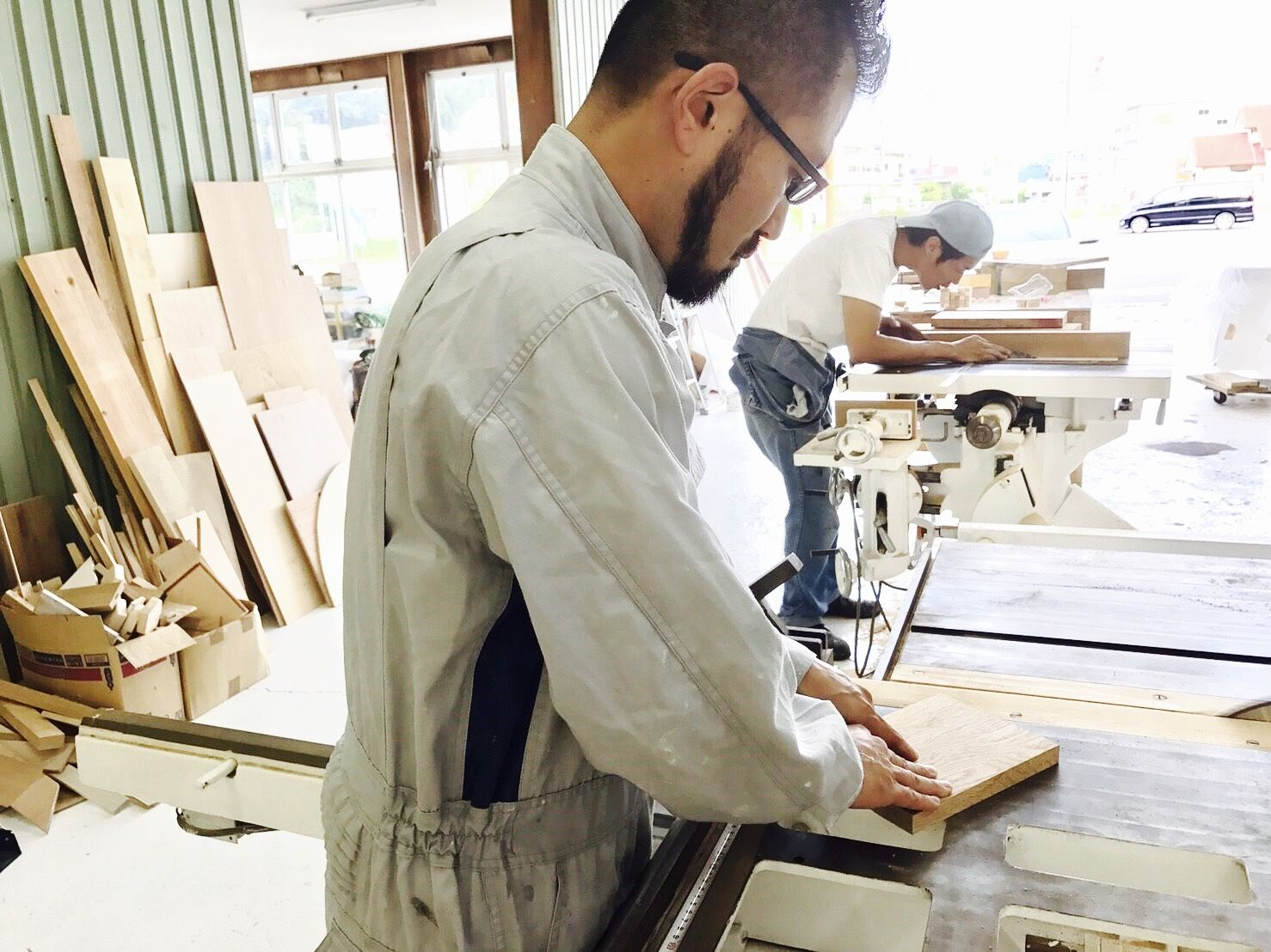 自社工房で家具をひとつずつ丁寧に製作するルーツファクトリー