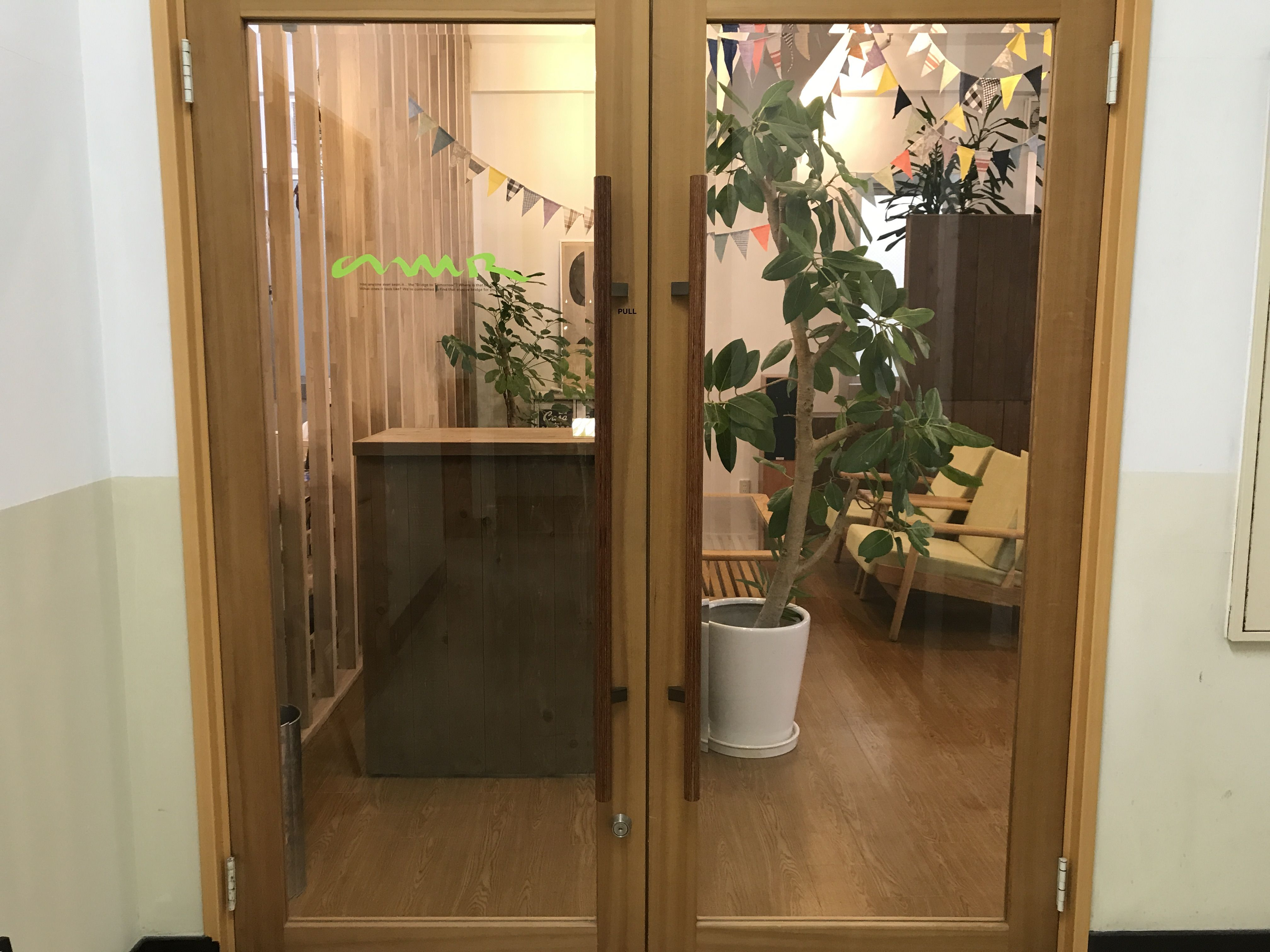 4mのDJブースがあるオフィスの入り口