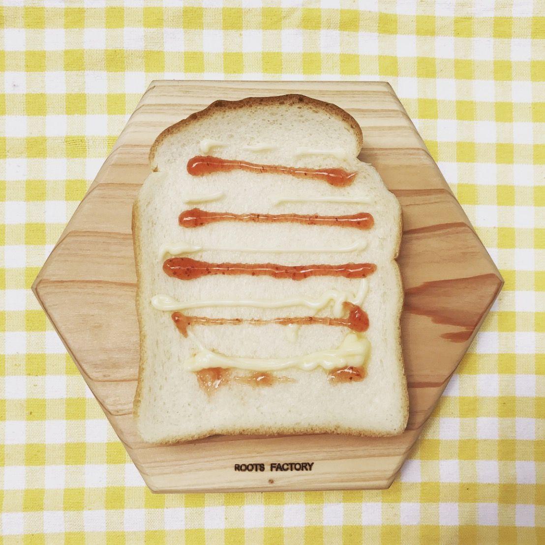 六角太郎に食パンをのせました