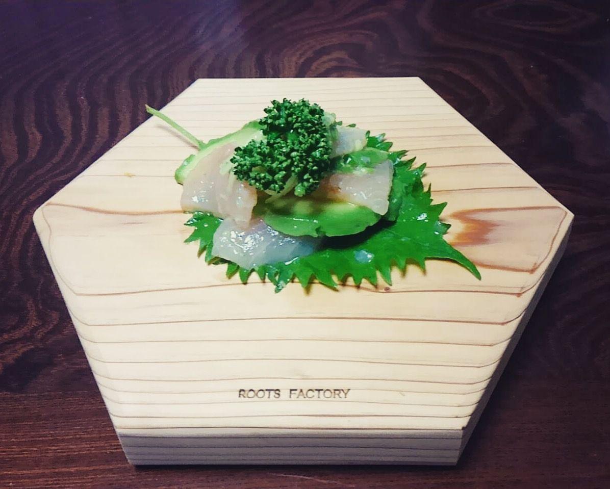 六角太郎に魚とアボカドのカルパッチョ