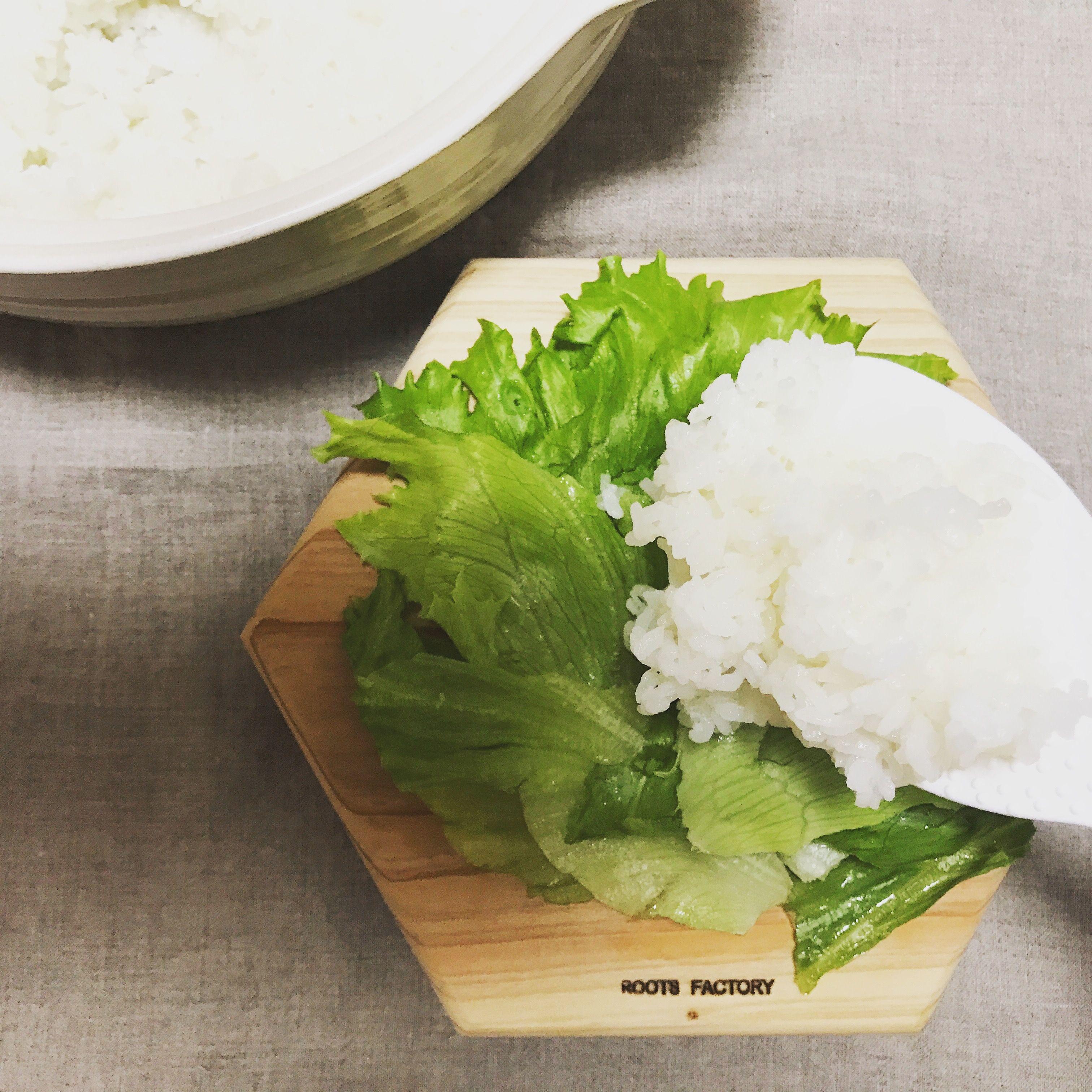 六角太郎にレタスをしき、ご飯を盛る