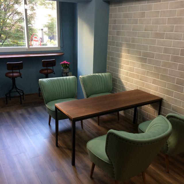 シックなウォールナット天板×鉄脚のテーブル