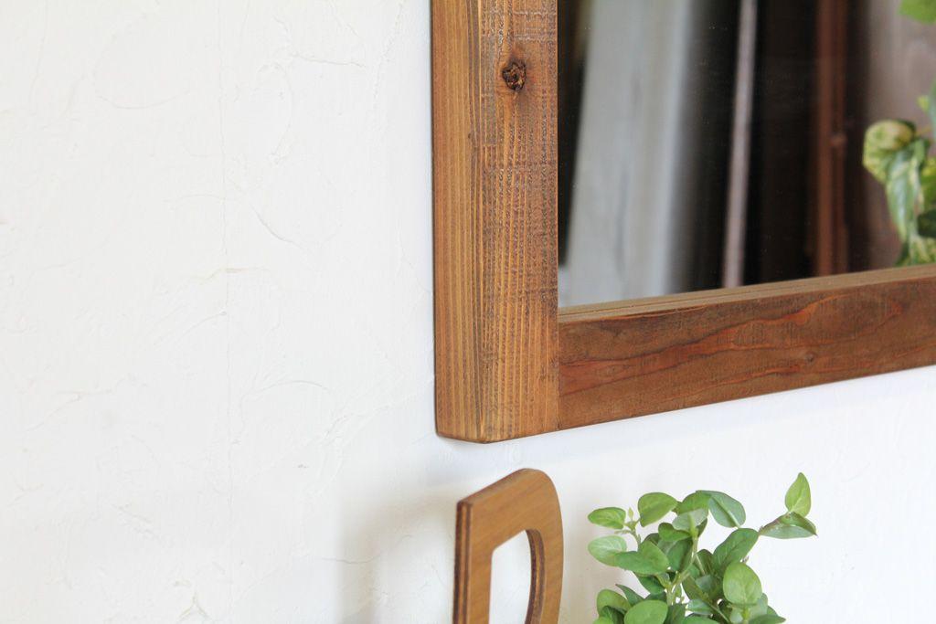 粗く製材されたままのような木肌が人気の壁掛けミラー「WFM」