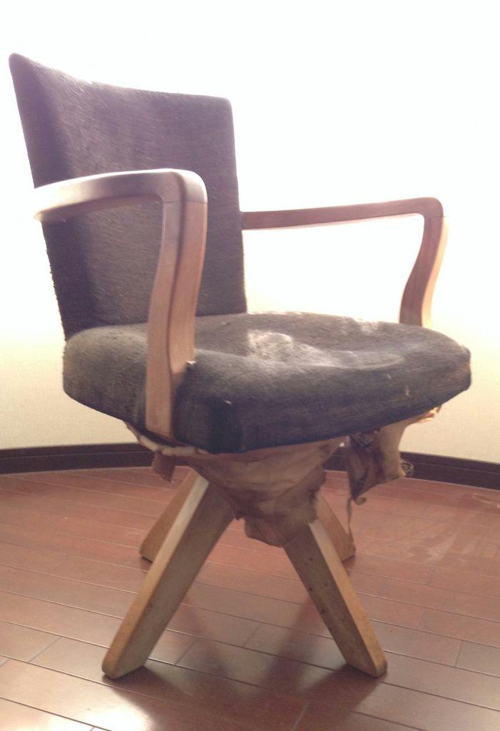 座面がへたり、椅子の底面に張り込んである金巾がはがれてしまったリメイク前のレトロチェア
