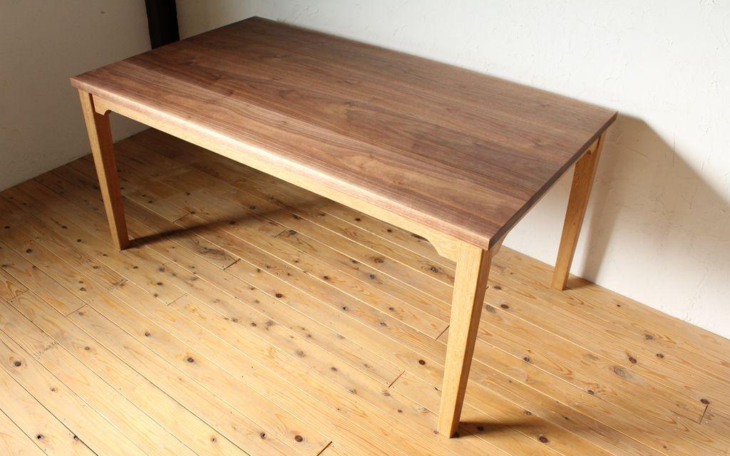 無垢ウォールナット材とオーク材のダイニングテーブル『WELL/TABLE1』