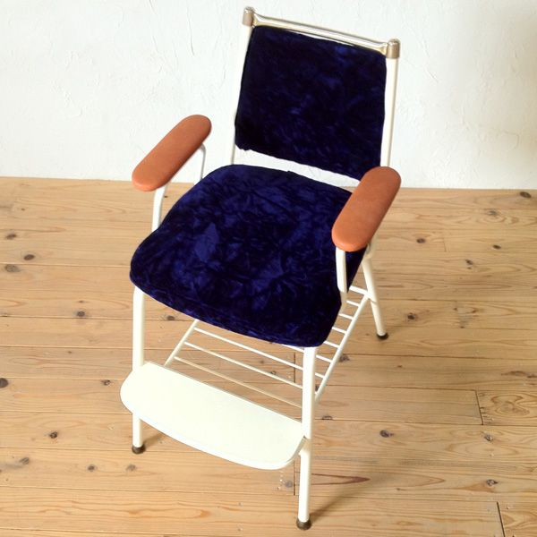 座面と背もたれをチンチラの生地で仕上げたベビーチェア