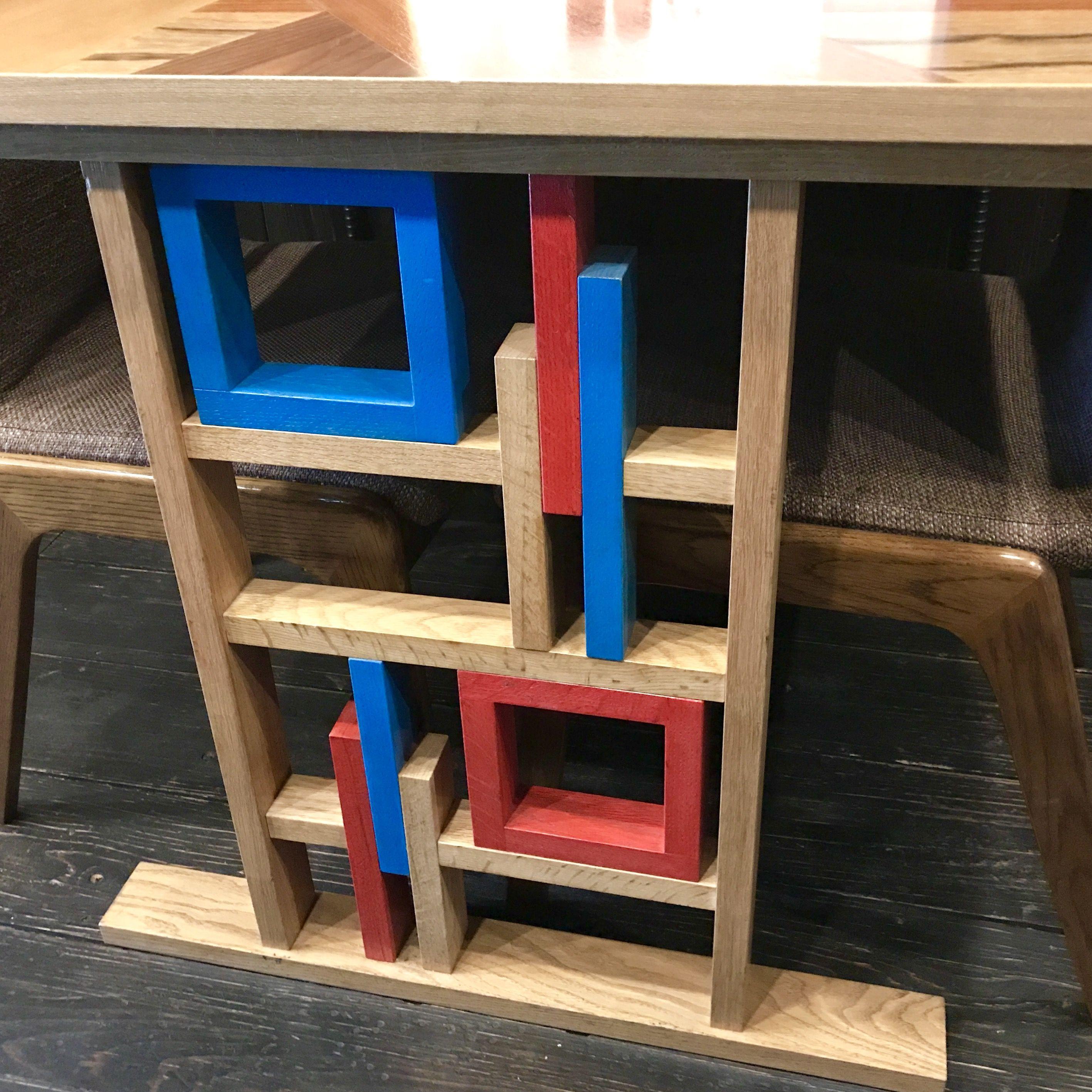 ビビッドなカラーを対照的に使った木製の脚