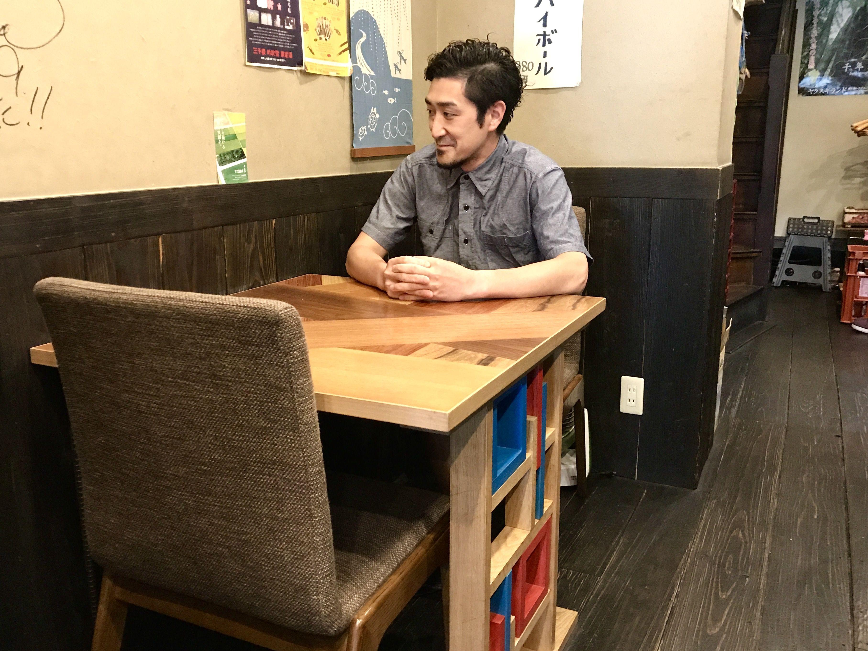 「このテーブルはお店のシンボルでもある」と語る「和鮮酒庵やなぎ」店主の道竹洋一郎さん