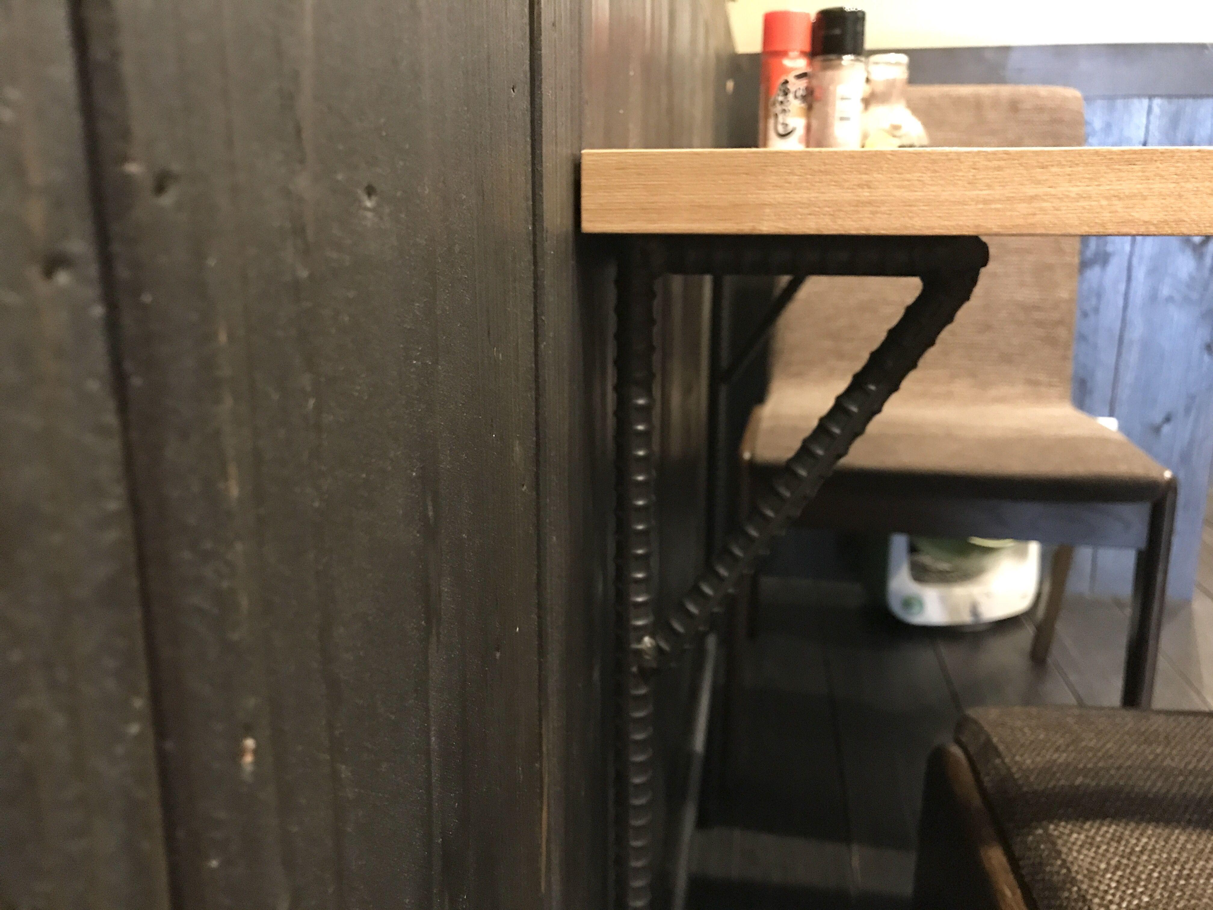 脚がアシンメトリーで片側が鉄脚になっているオーダーメイドテーブル