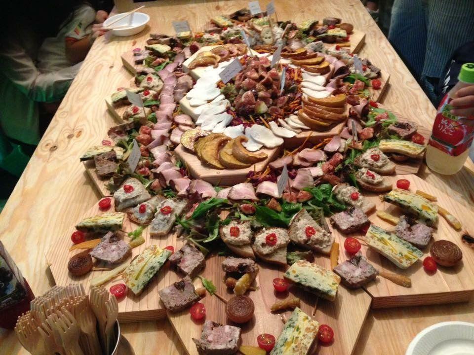 淡路島のオーガニック料理が神瀬さんの手によって六角太郎に盛り付けられます