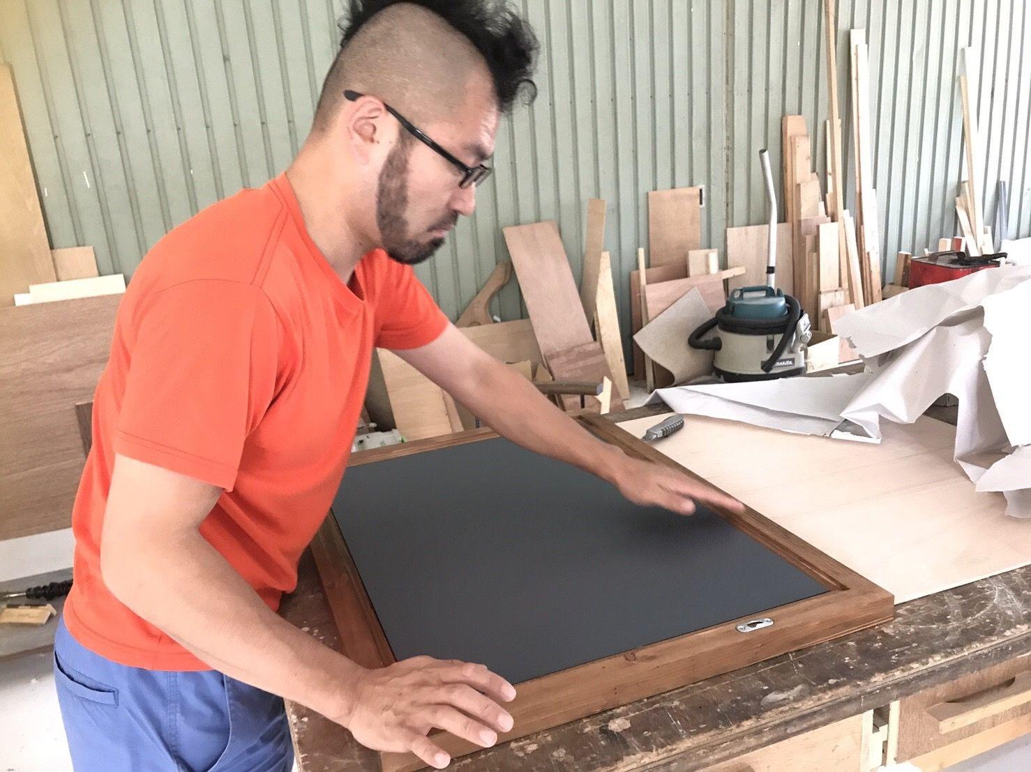 壁掛けミラー「WFM」のミラー組み付け作業