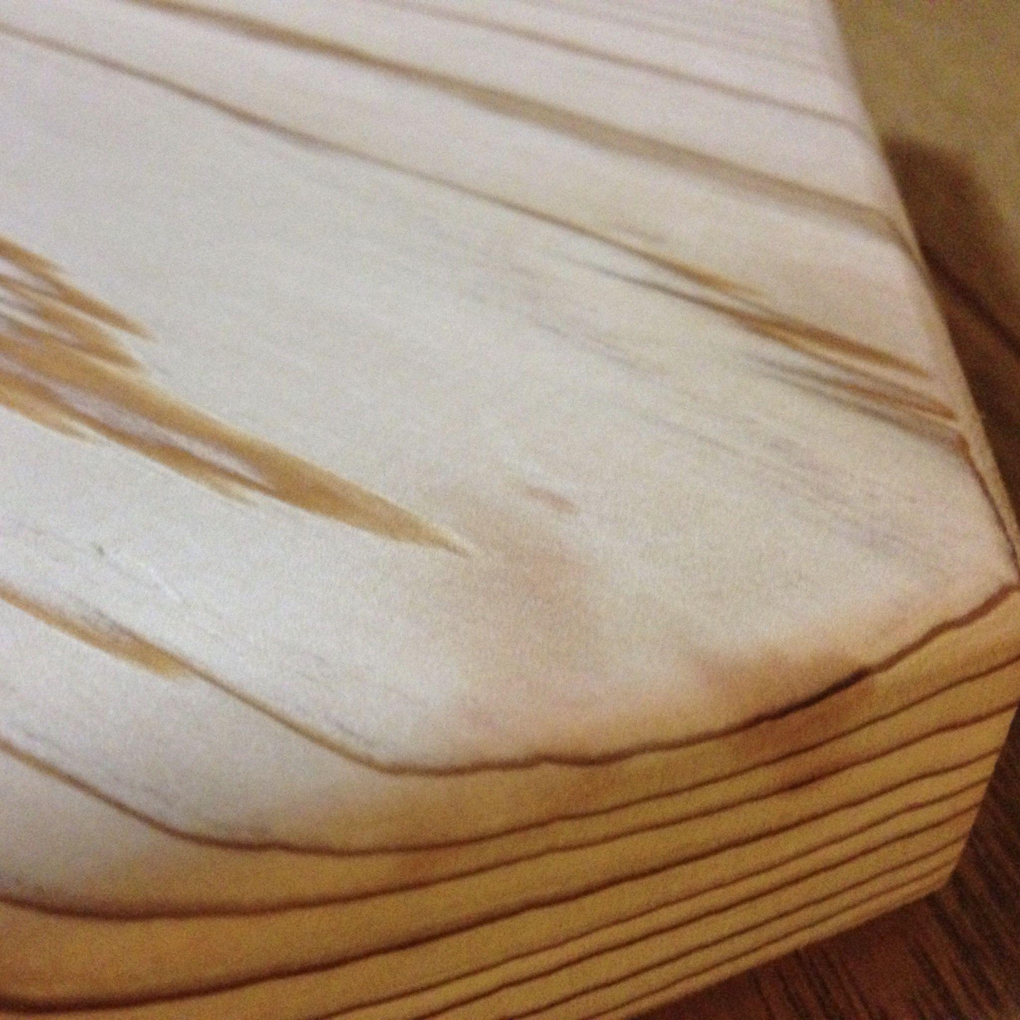お酢で拭いて黒ずみがとれた無垢杉材の六角太郎