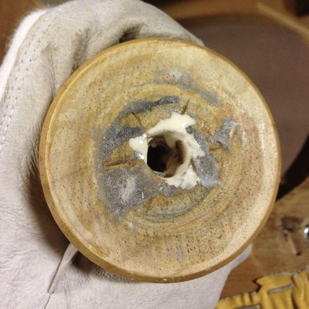 ハンガーボルトを入れる穴に緩み防止のためボンドを流す