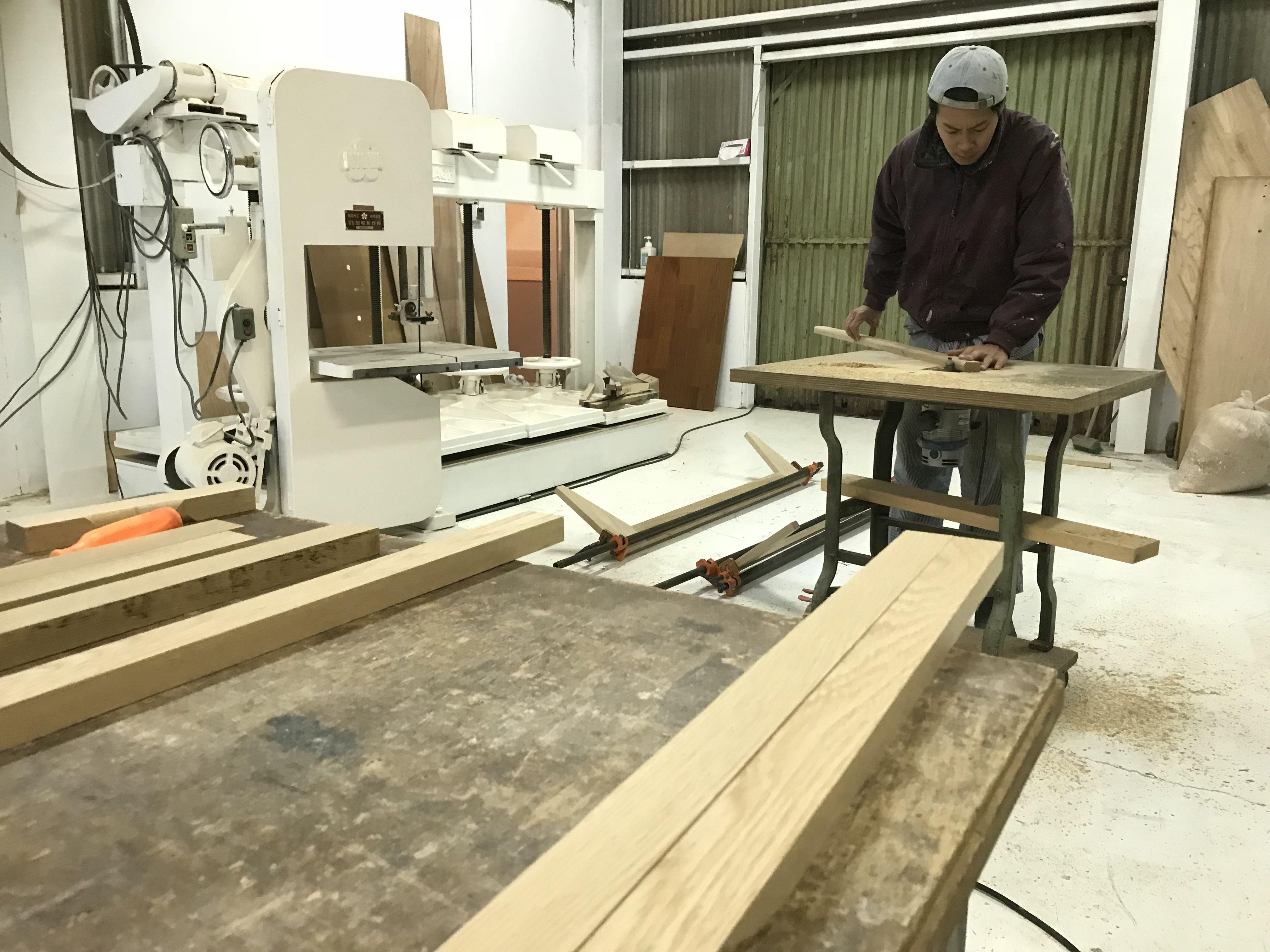 淡路島工房での家具製作風景