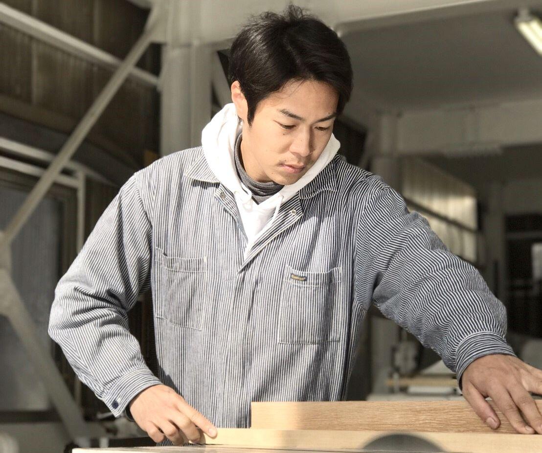 家具を製作する淡路島工場長石川