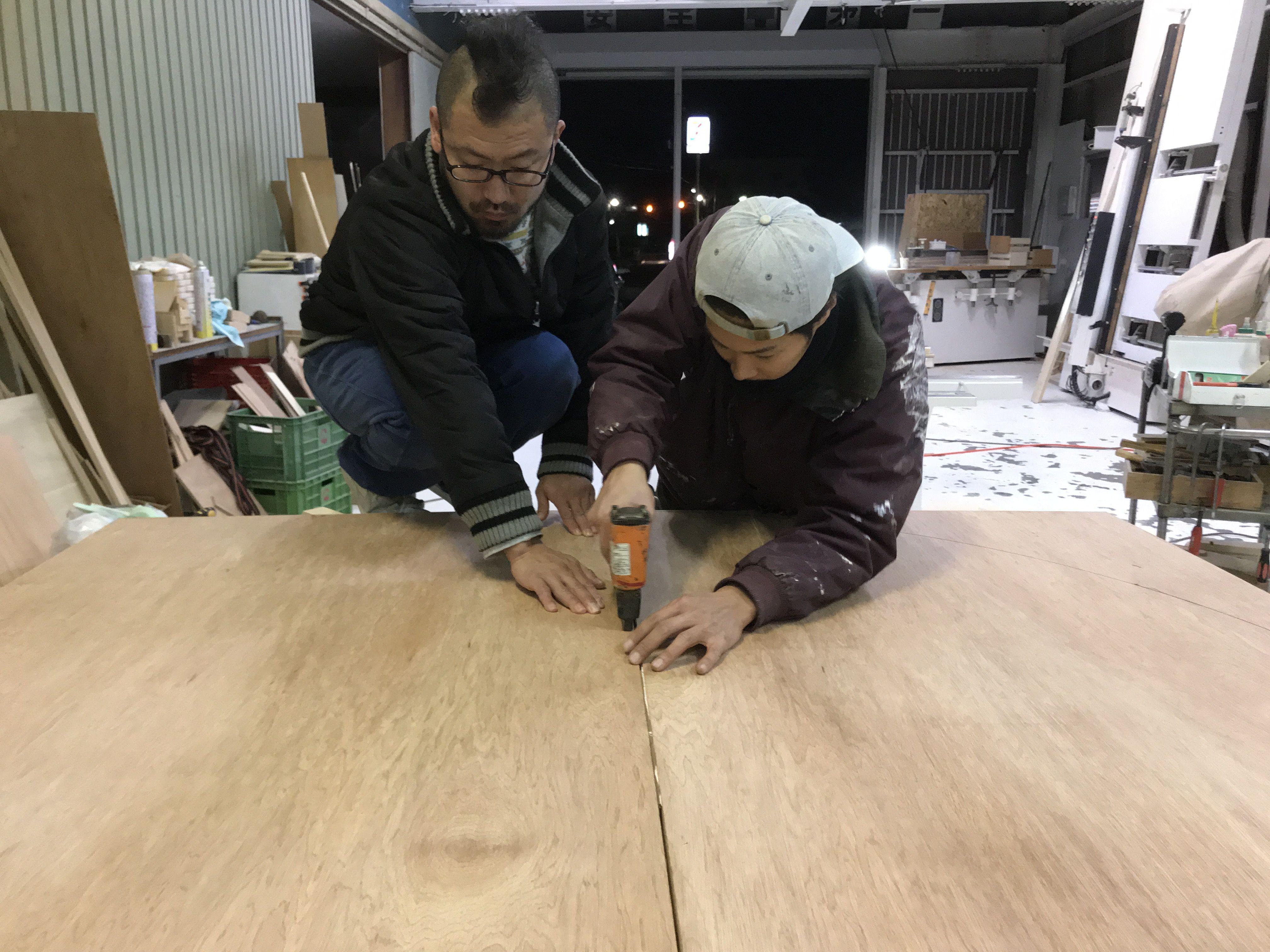 ルーツファクトリー淡路島工房の家具製作風景