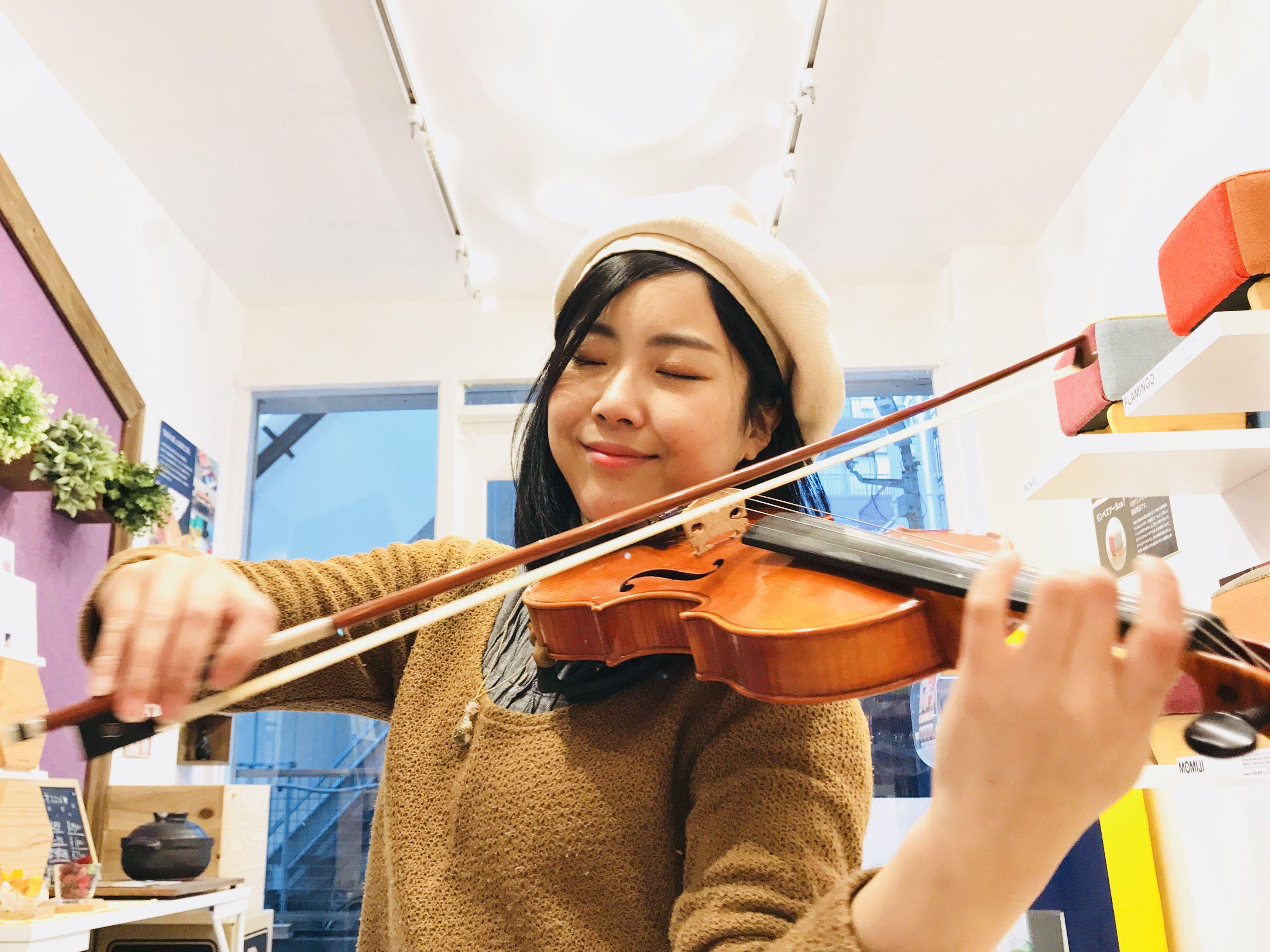 バイオリンを弾くユリマタタ