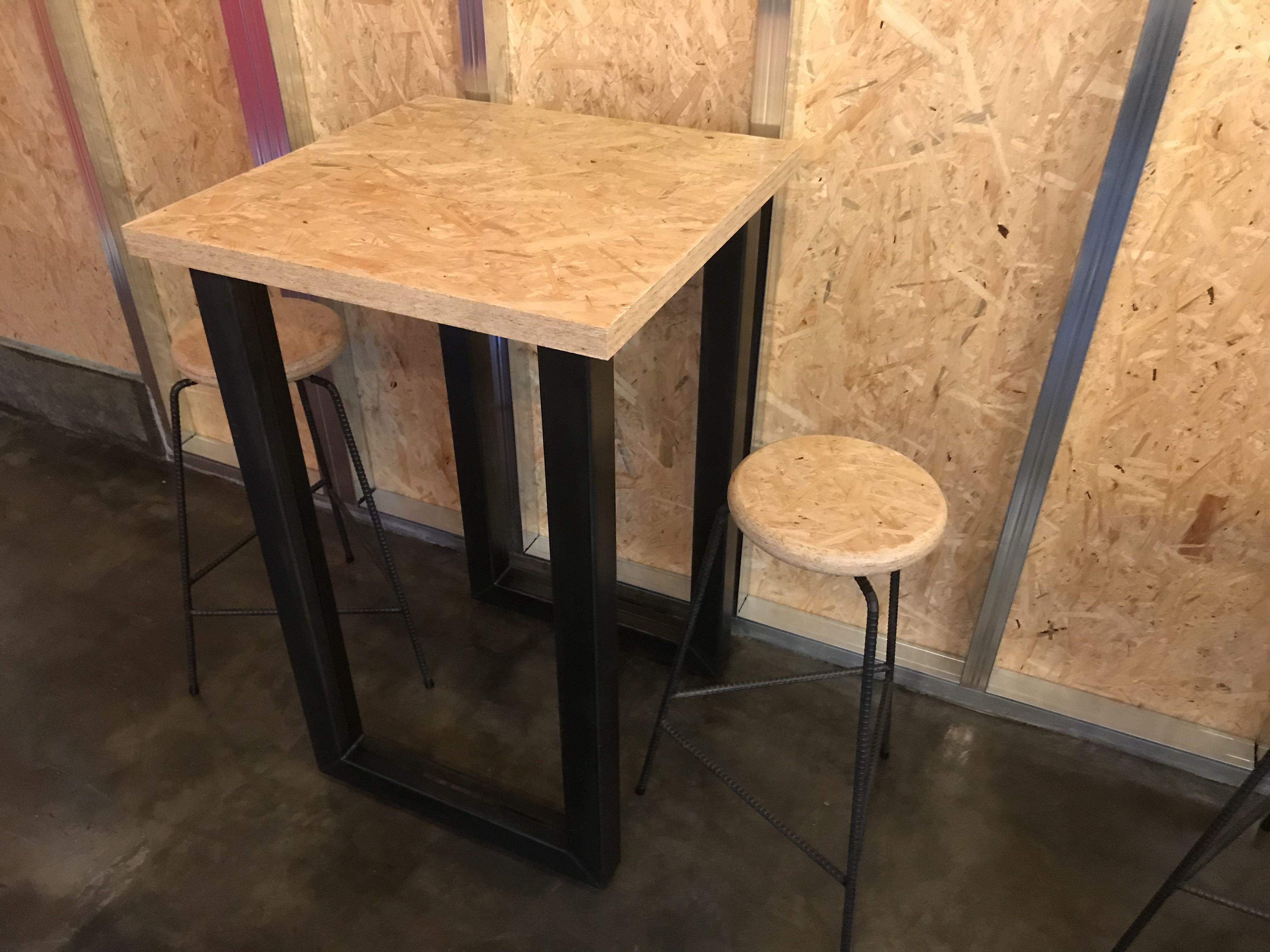 黒皮鉄のフレームとOSB合板を組み合わせたテーブルとスツール