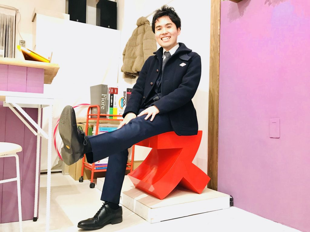 ルーツファクトリー東京店 スイスに座るお客さま