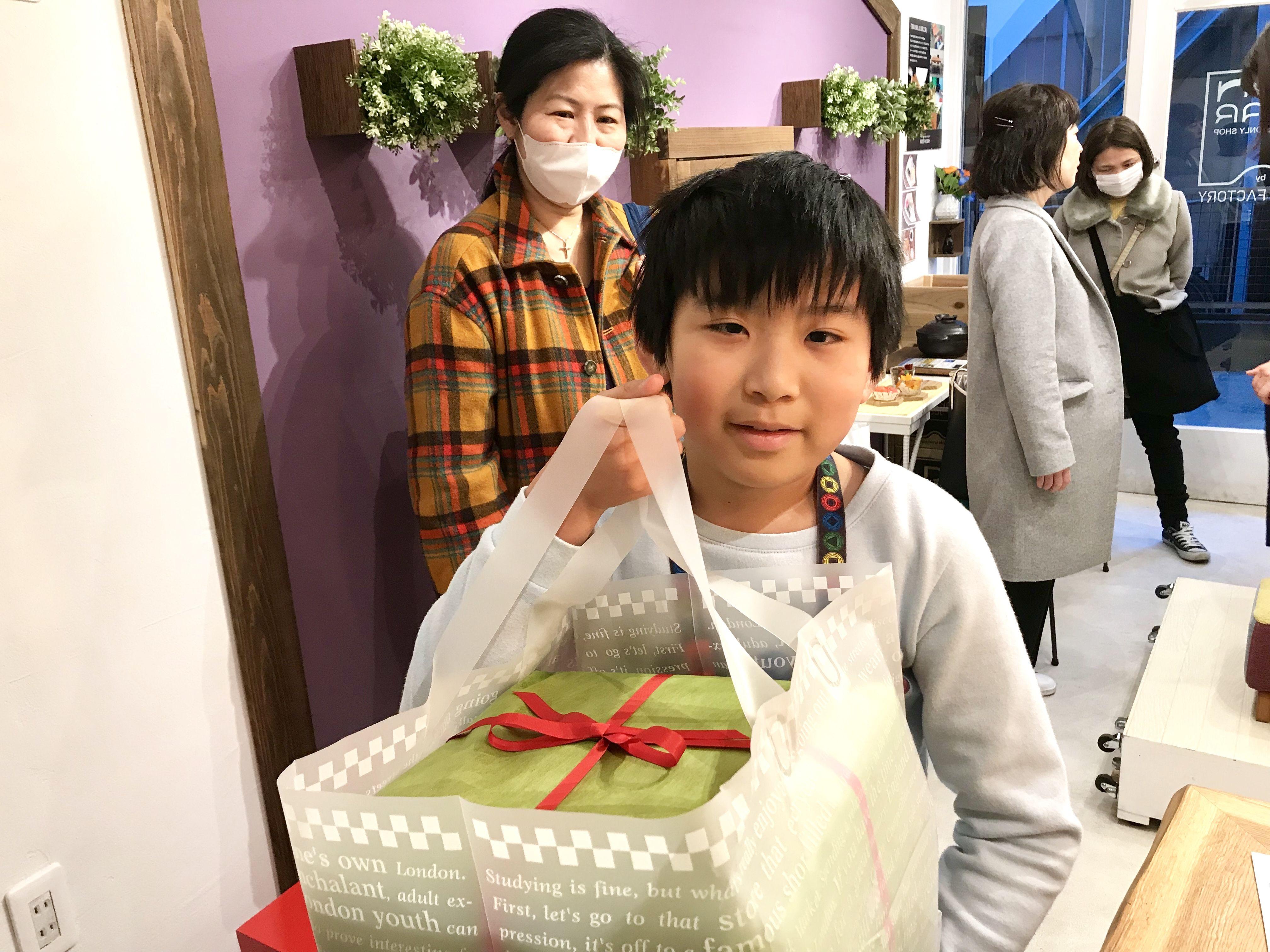 ルーツファクトリー東京店にモンペスツールを引き取りにご来店くださったお客さま