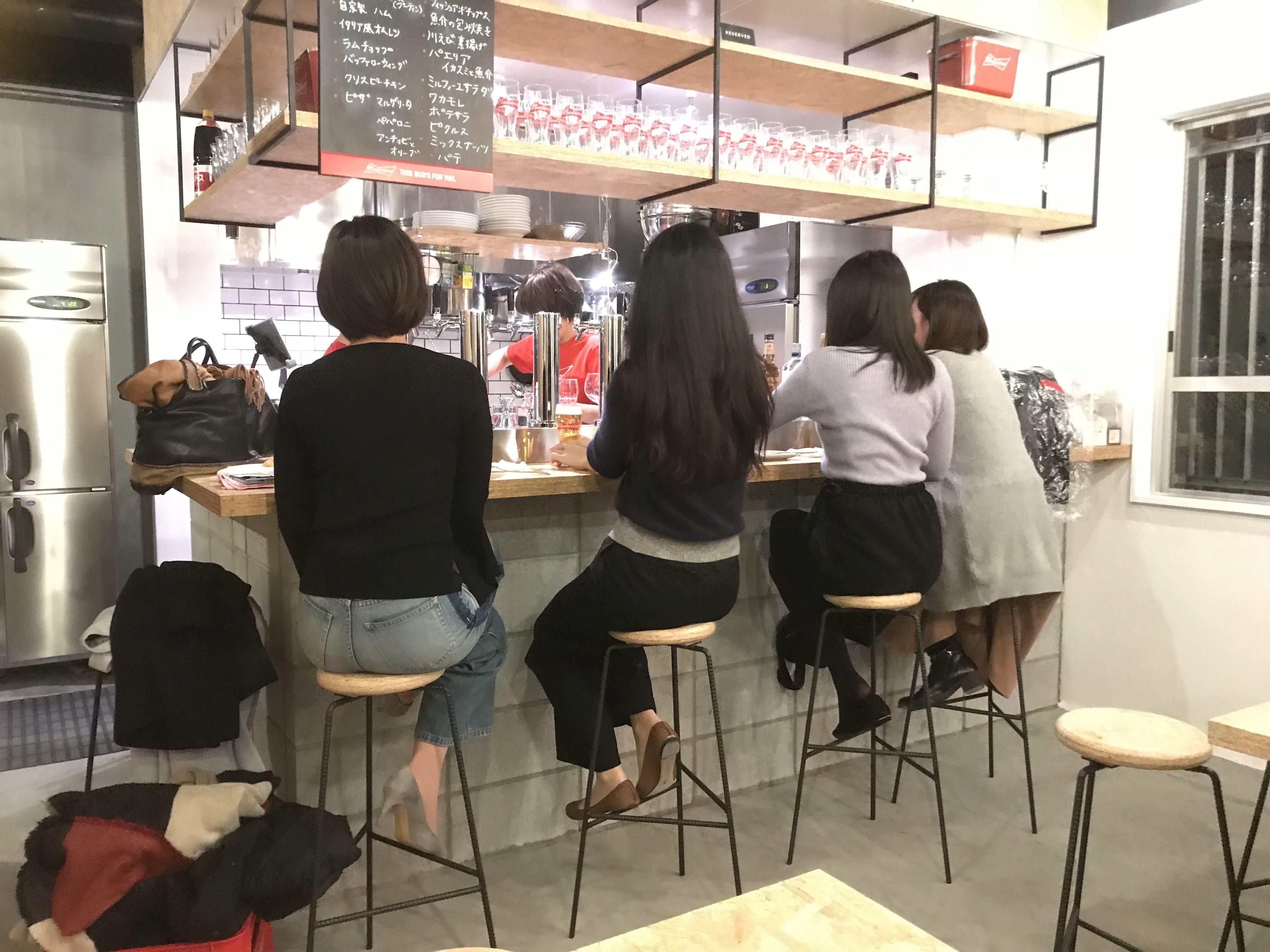 美女で賑わうBud's Diner Osaka(バドズ ダイナー オーサカ)の様子