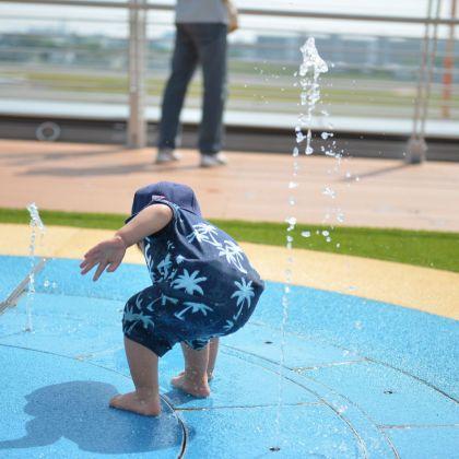 伊丹空港 展望デッキで水遊び