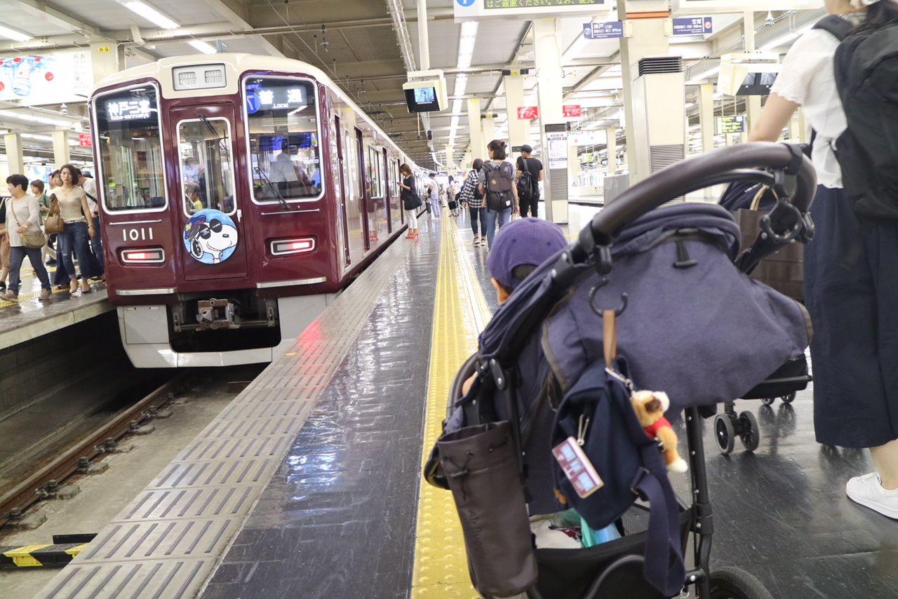 梅田駅で発見!スヌーピーコラボの阪急電車