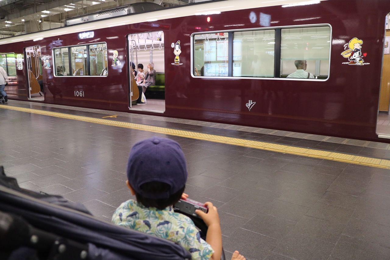 子どもと一緒にスヌーピーコラボ電車を見に行く