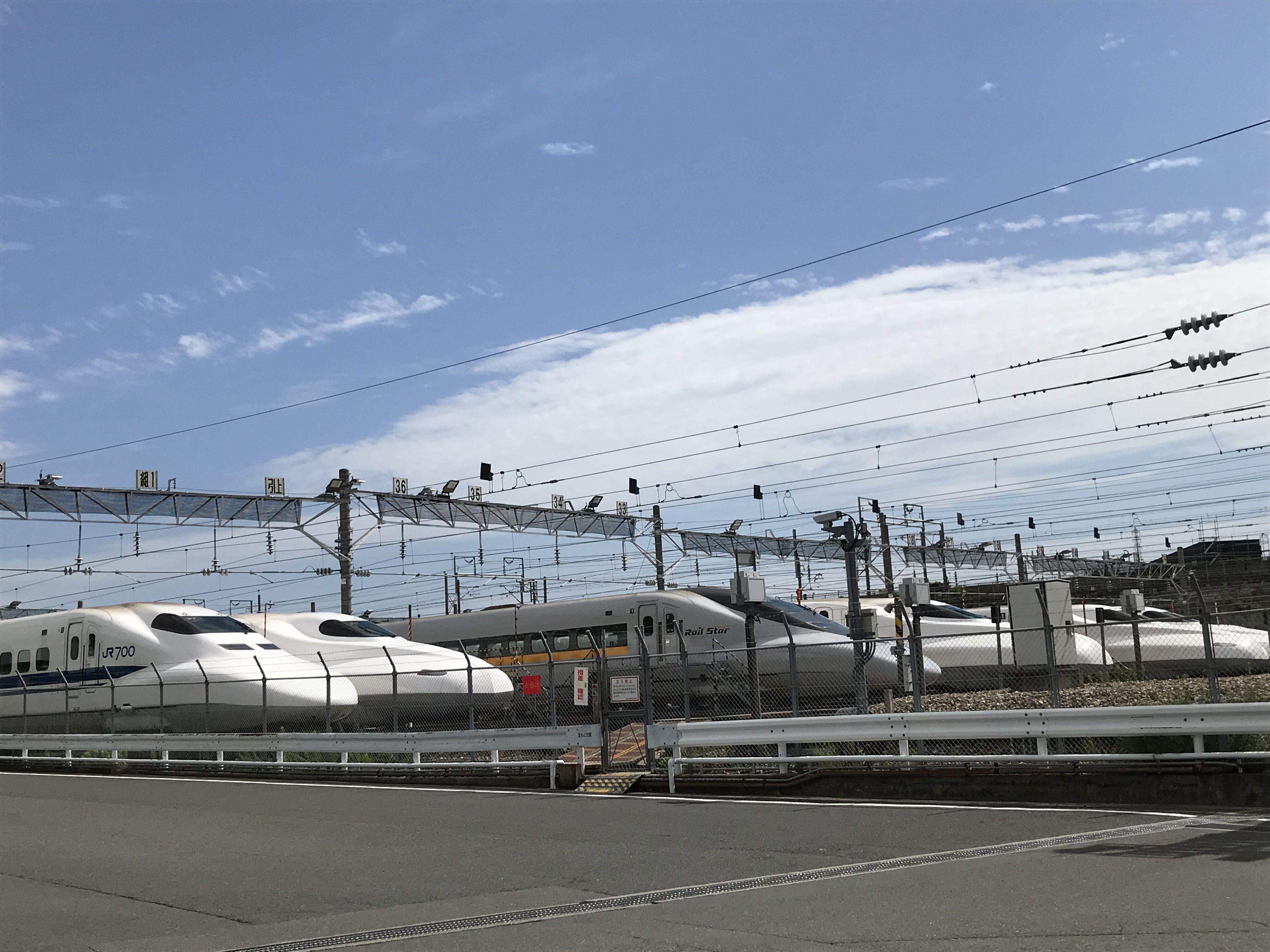 鳥飼車両基地の新幹線一望
