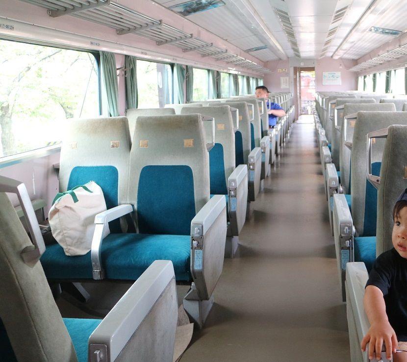 0系新幹線の座席に座って満足なムスコ