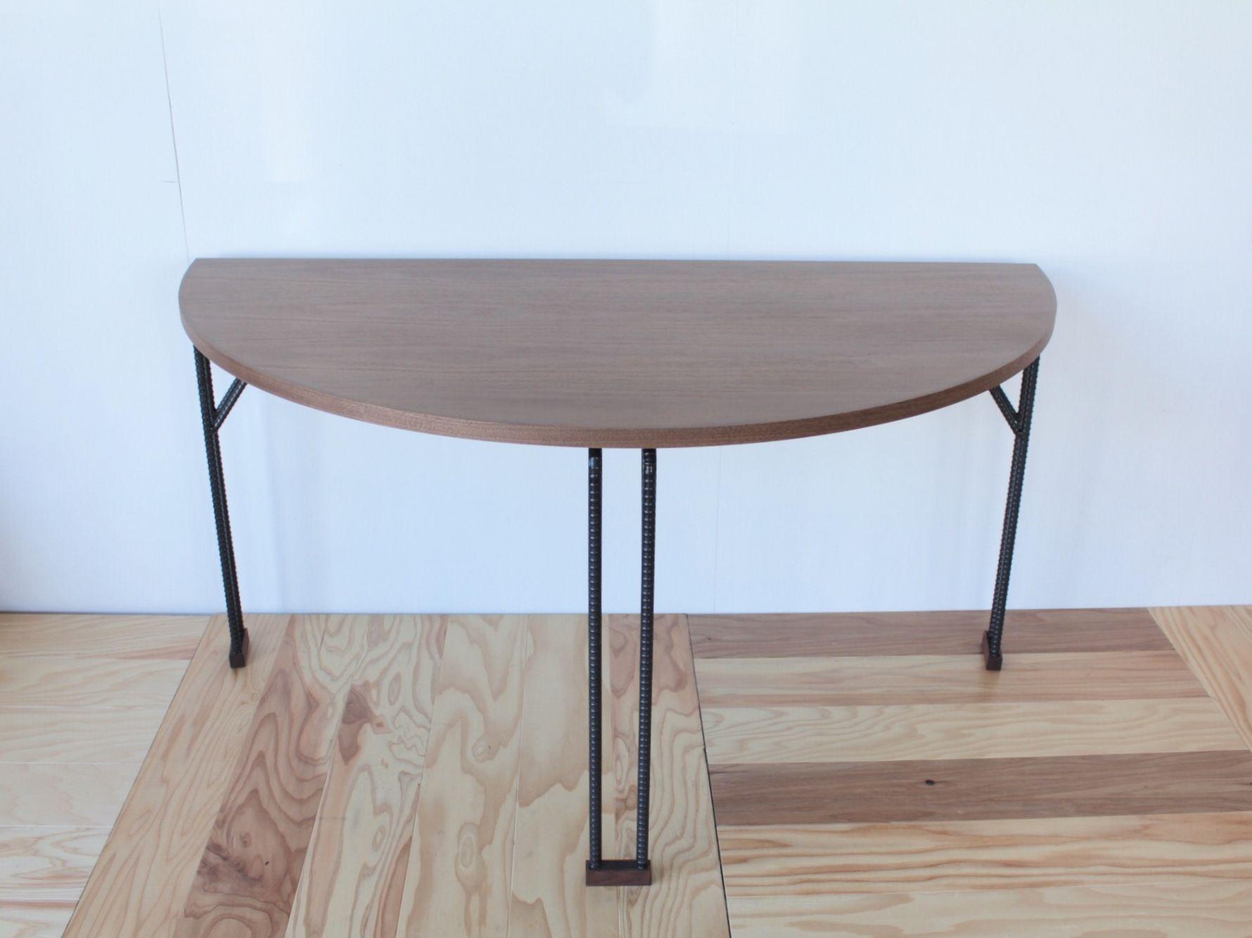 重厚感溢れるウォールナットの天板に華奢なアイアンの脚を合わせたオーダメイド半円テーブル