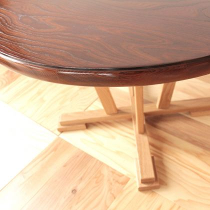 色のコントラストが美しい、リメイクしたダイニングテーブルの天板と脚元
