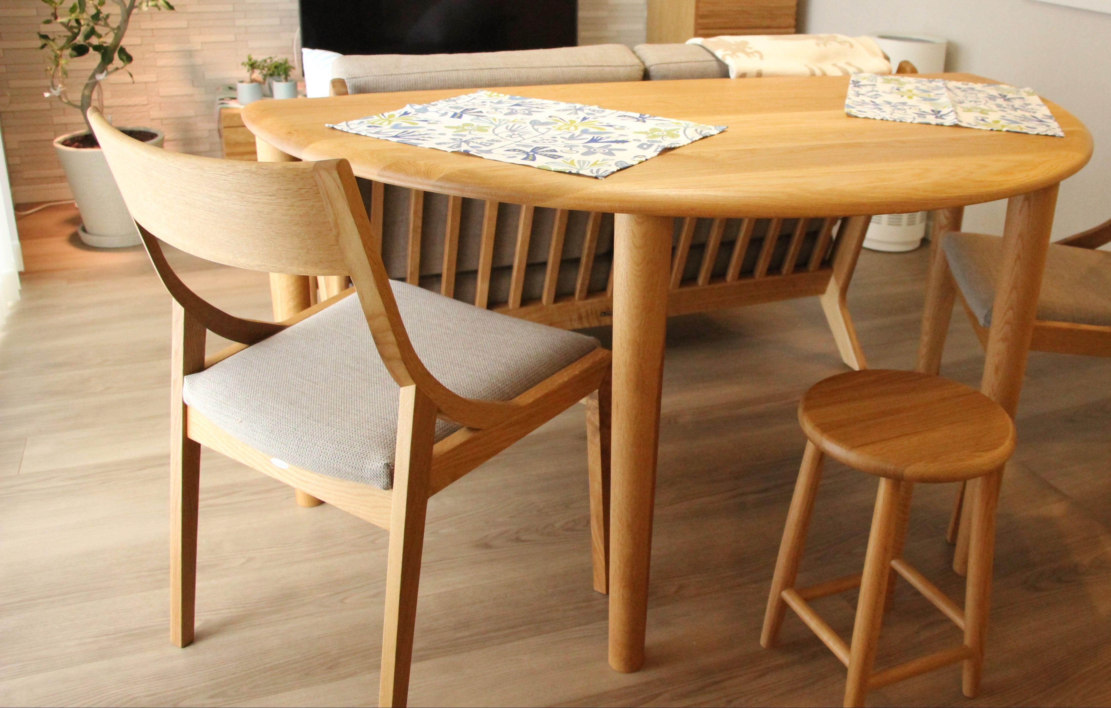 やさしい雰囲気ながらスタイリッシュな仕上がりの無垢オーク半円ダイニングテーブル
