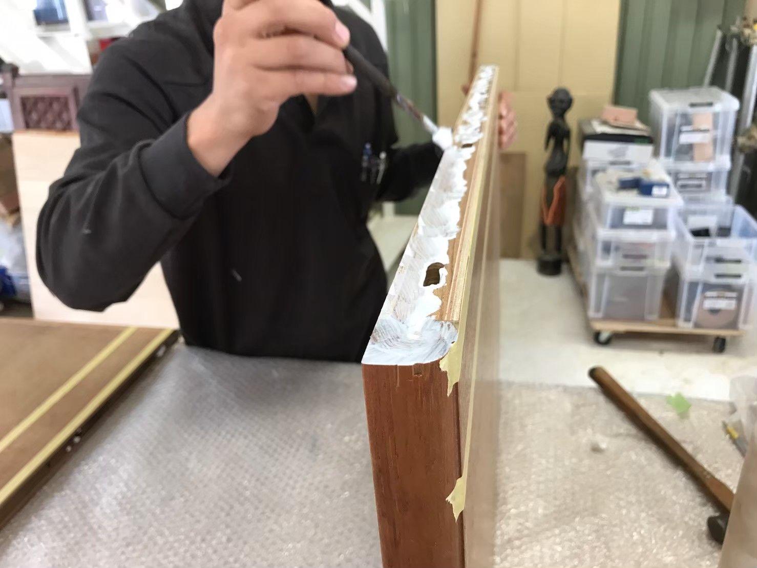 カットしたテーブル天板を接ぎ合わせるために溝を掘りボンドを塗る
