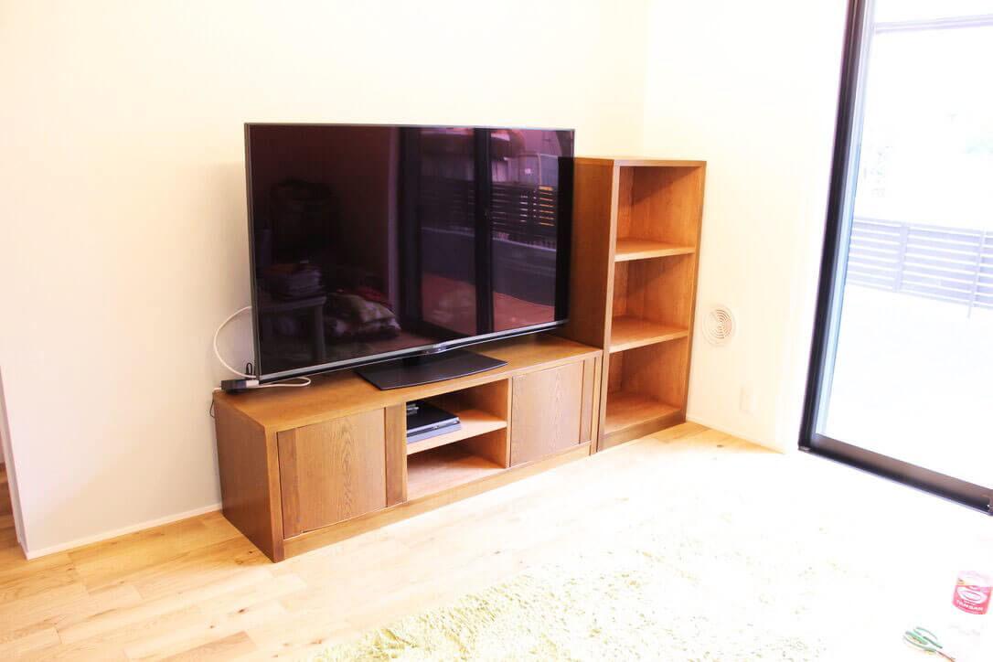 リメイクしたテレビボードにテレビを設置