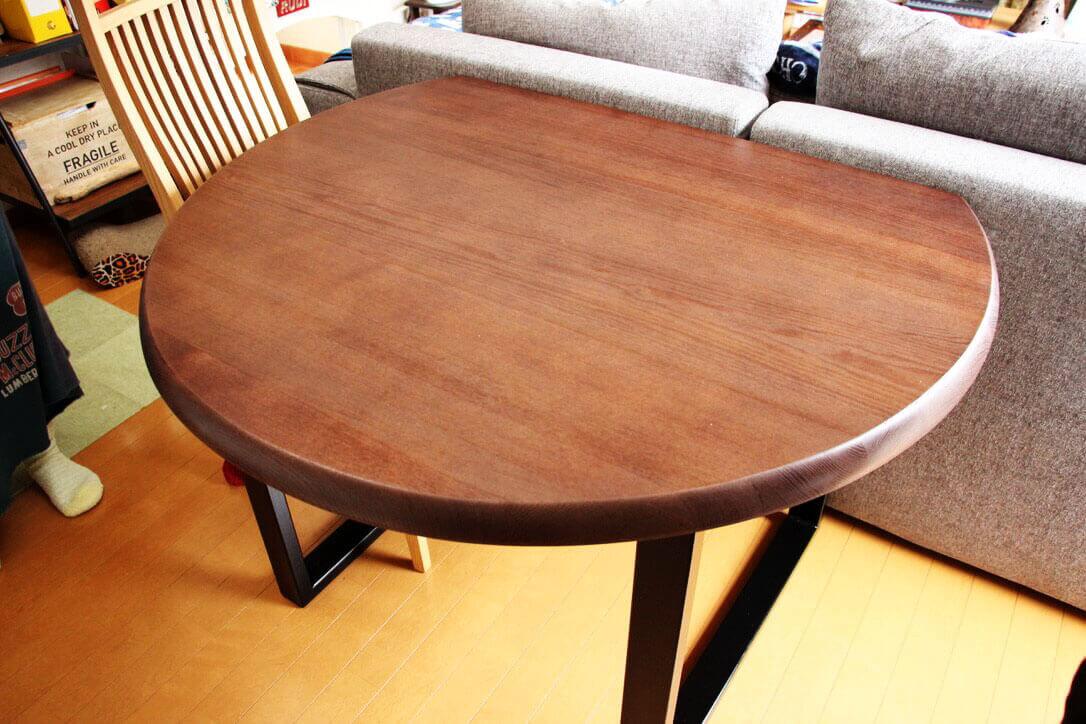 リサイズでソファの高さにぴったりの半円テーブル