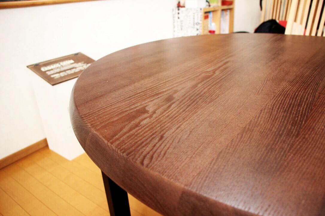 お部屋に馴染むリメイク後の半円テーブルの天板