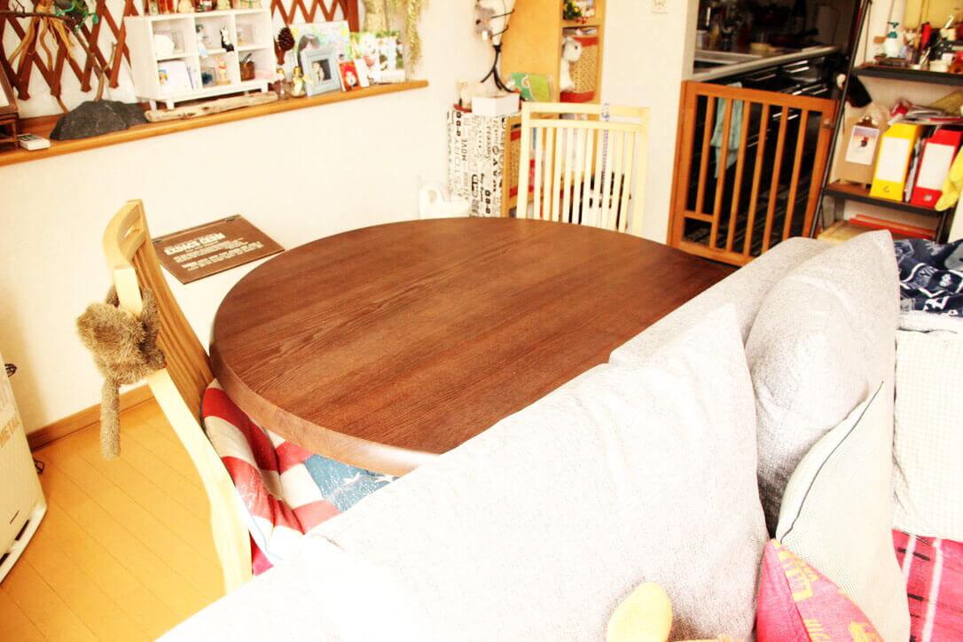 ソファ後方に設置したリメイク後の半円テーブル