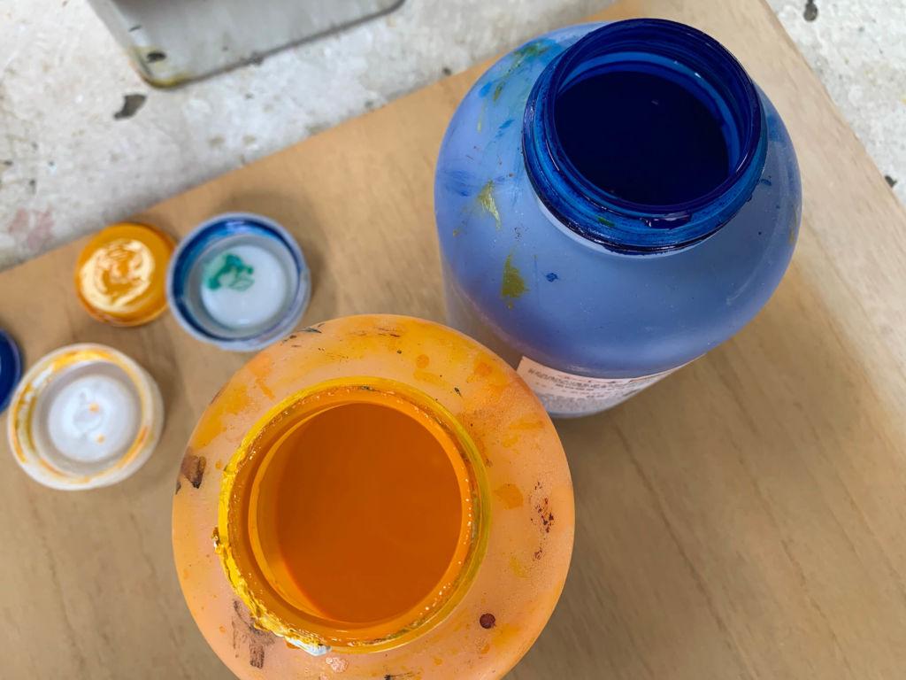 家具に使用する塗料の調色の様子
