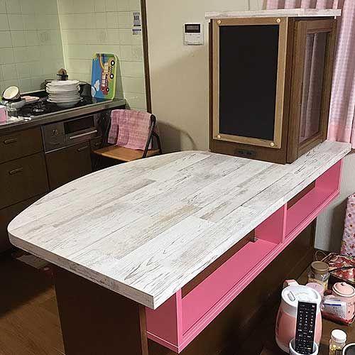 背の高いキッチンボードの上棚をはずし、天板部分を広げてカウンターテーブルとして使いやすくリメイク