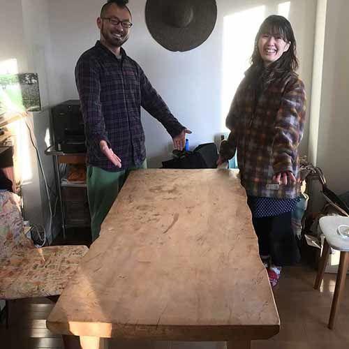 リメイクしたトチの木無垢一枚板のダイニングテーブルの納品、お客様と
