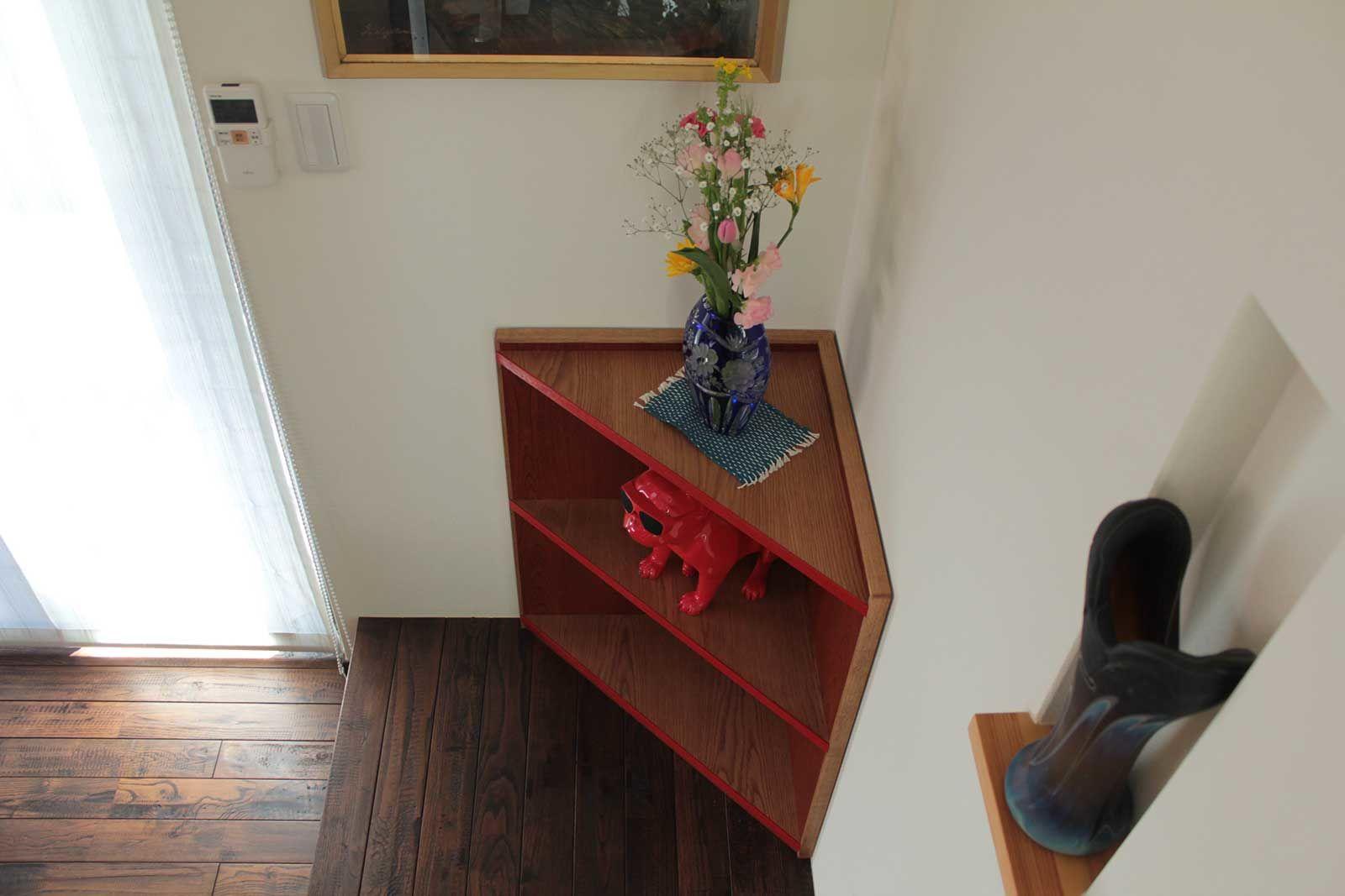 棚板の面縁には鮮やかな赤色を差し入れ、お洒落な印象に