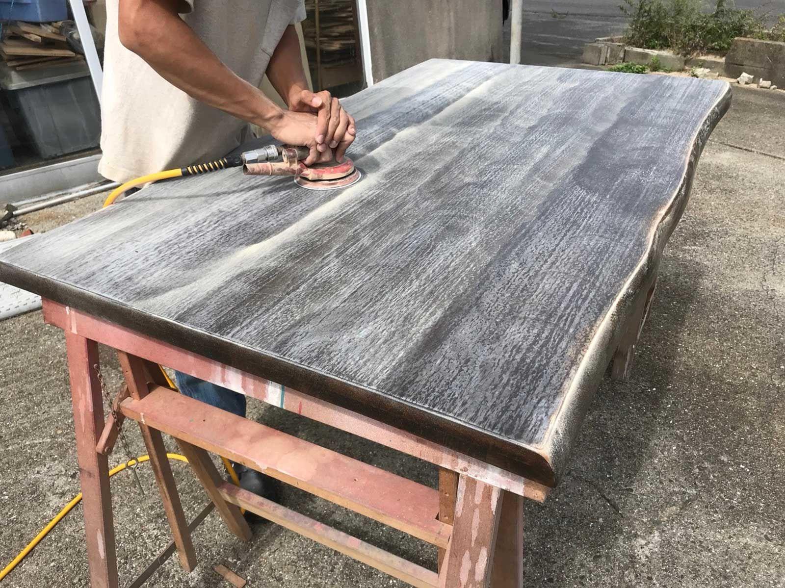 塗装をはがして明るい色味にするため、丁寧にテーブルを磨いていきます