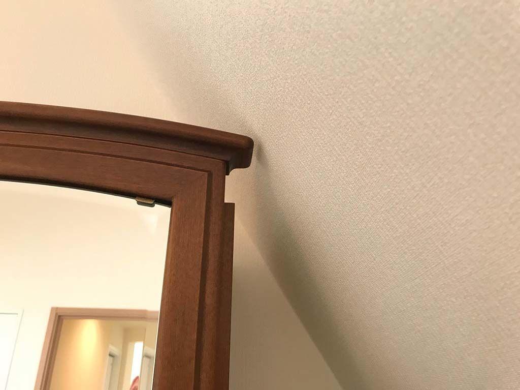 リサイズをすることで壁面に傾斜のあるスペースにぴったり収まるように