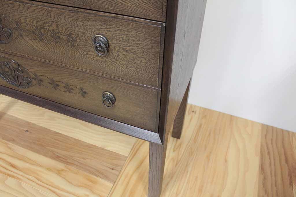 リメイクで脚付きチェストの、引き出しの美しい木彫りが映えるフレームの加工