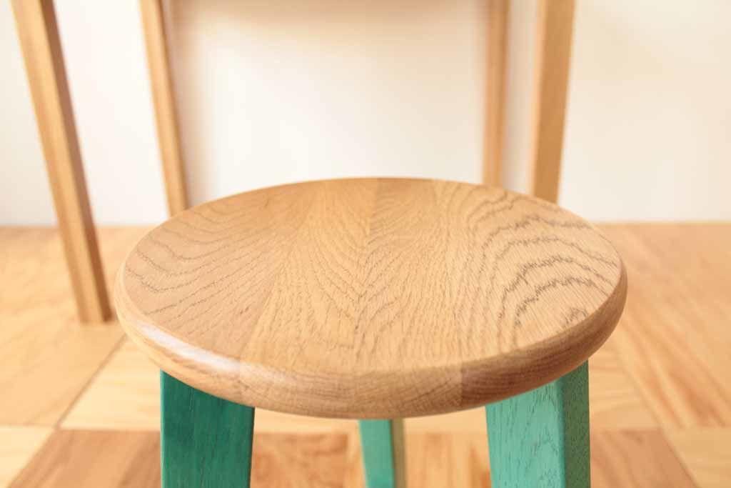 スツールの座面は学習机の細かな部材を接ぎ合せて製作