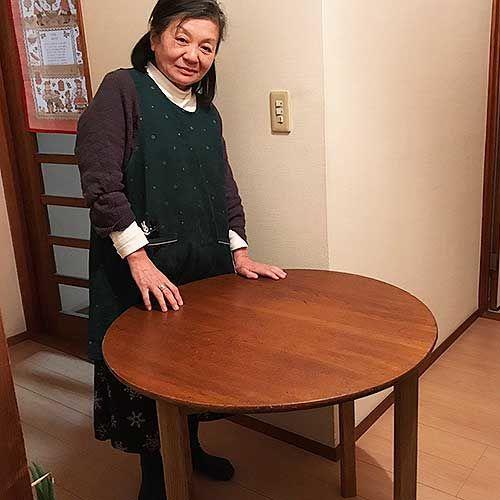 リメイクしたダイニングテーブルの納品時に、お客様と。