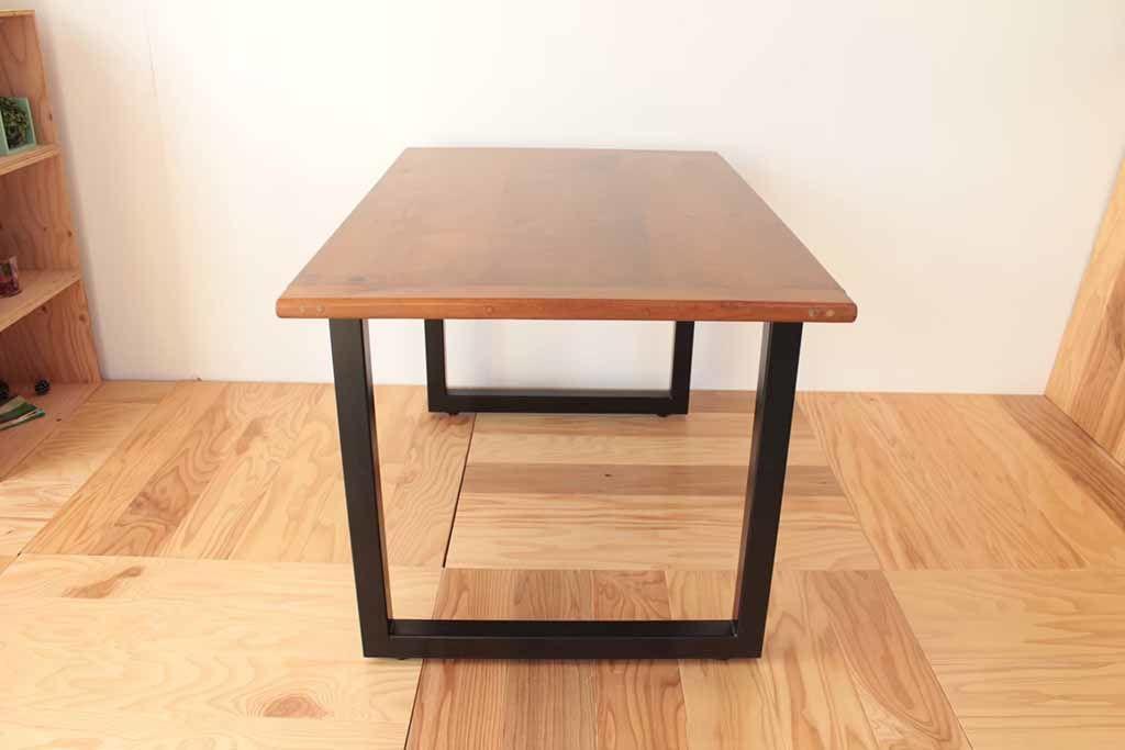 アイアン製ロの字型の脚を製作&取り付けすることで、カントリー調のダイニングテーブルがモダンなダイニングテーブルに生まれ変わりました